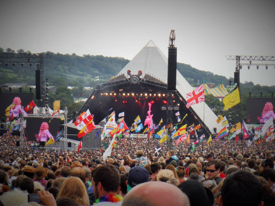 100,000 people watch Dolly Parton on the Pyramid Stage